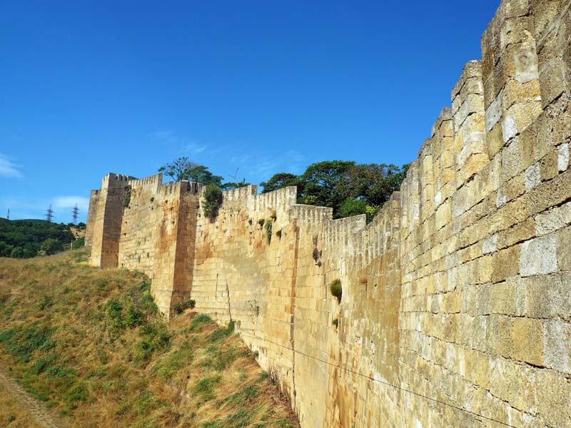 вдоль стен крепости Нарын-Кала фотография