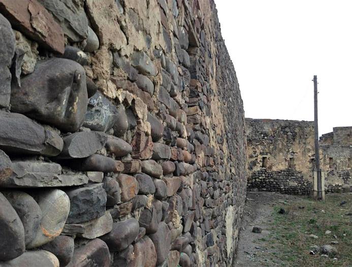 часть стены Ахтынской крепости фотография