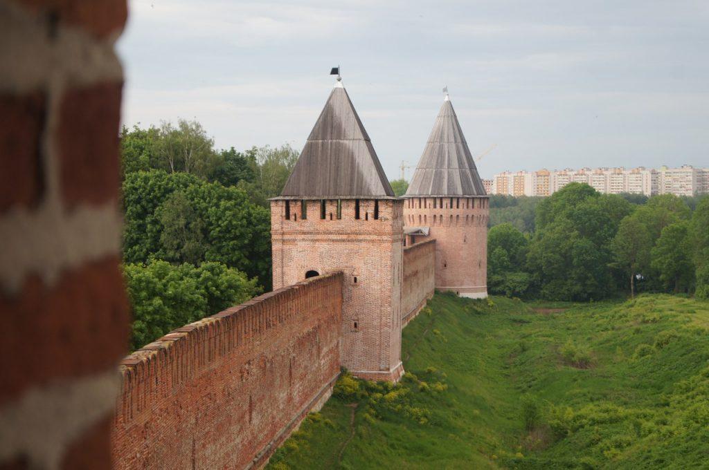 фото вдоль смоленской крепостной стены