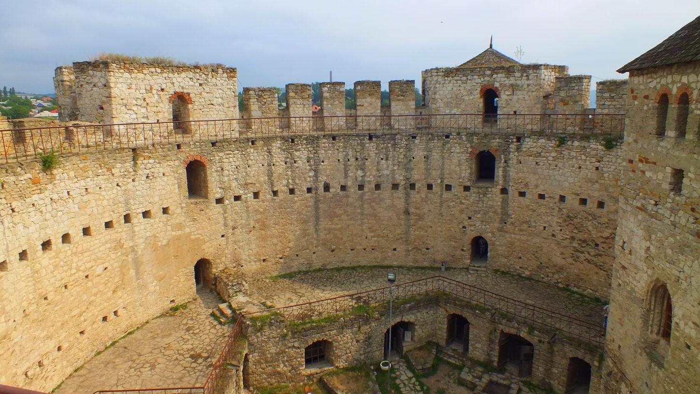 фото стен Сорокской крепости в Молдове