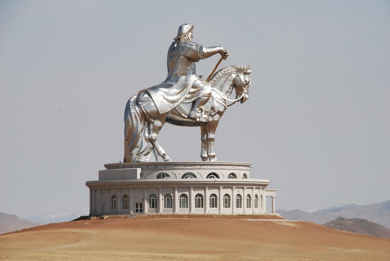 фото статуи Чингисхана сбоку