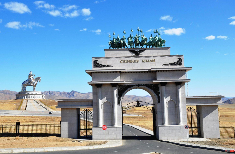 арка в мемориальный комплекс Чингисхана фото