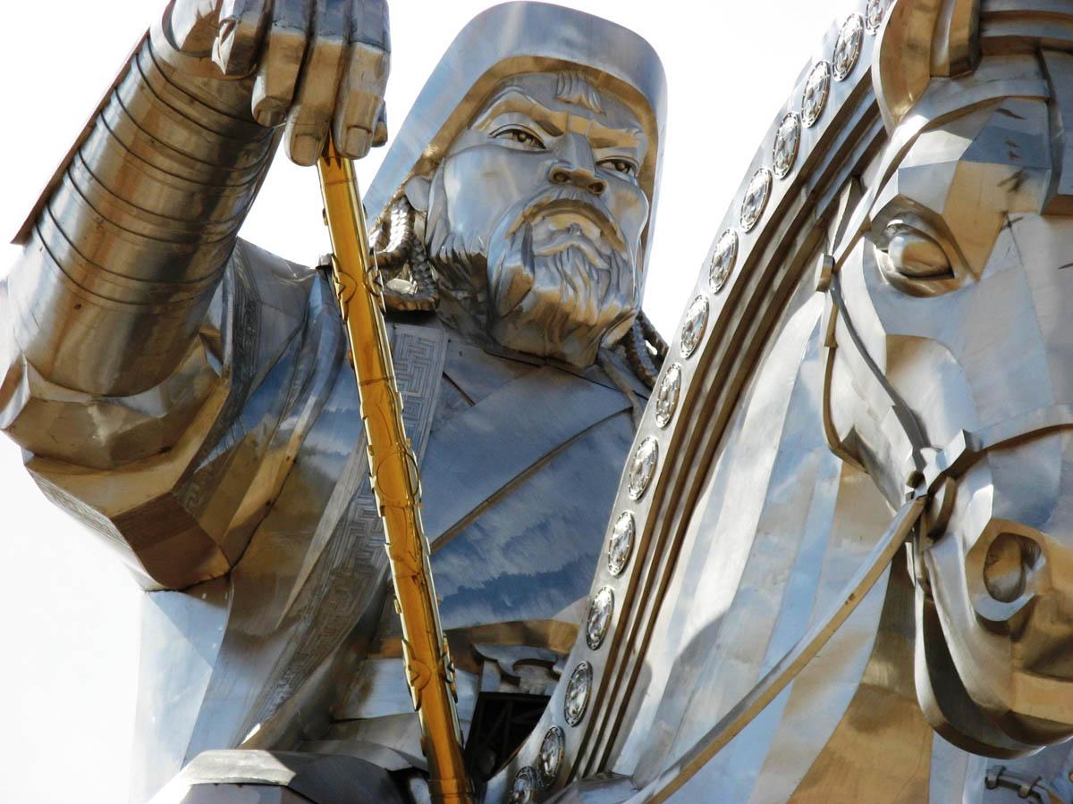 рука статуи Чингисхана с кнутом фотография