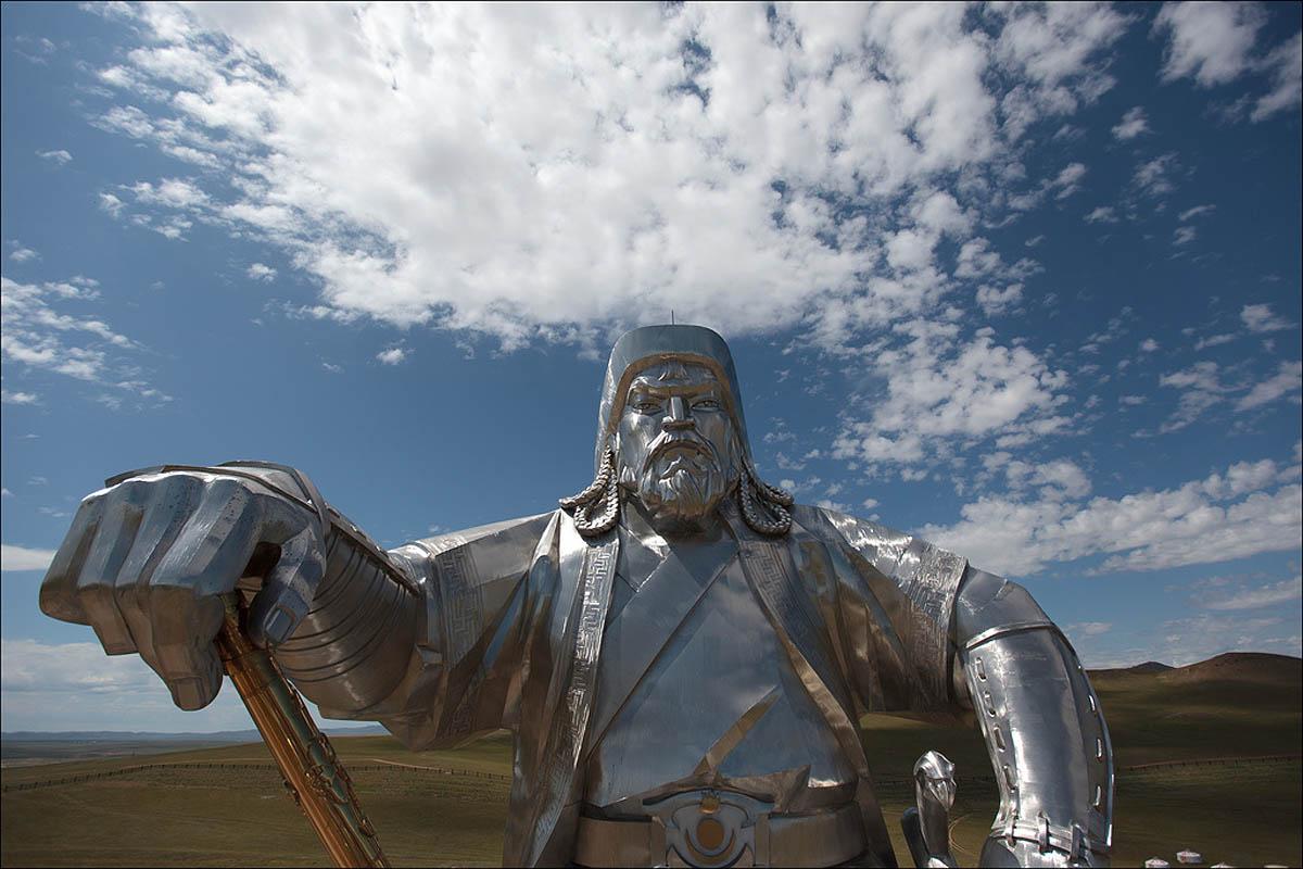 вид вблизи на конную статую Чингисхана фото
