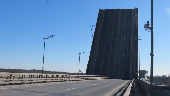 фото поднятого полотна Ладожского моста