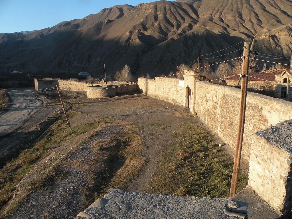 Ахтынская крепость вид сбоку фото