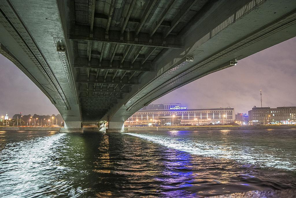под мостом Александра Невского фотография