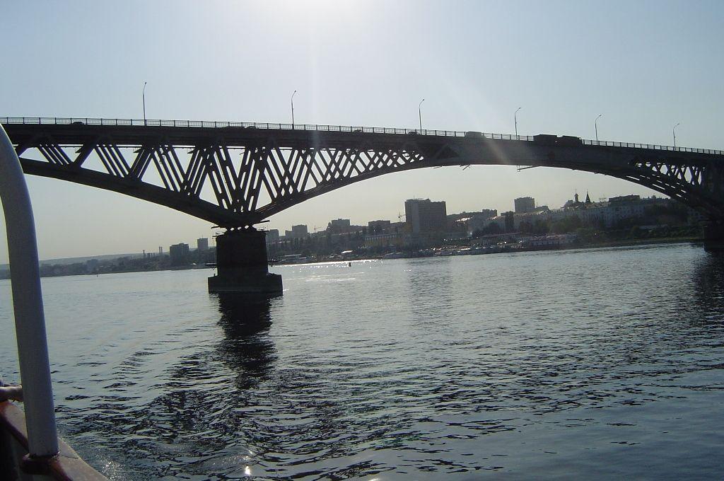 вид из воды на Саратовский мост фотография
