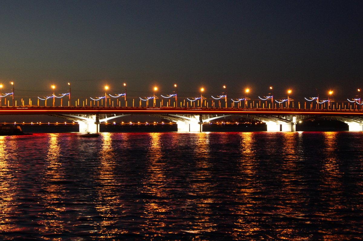 фото вечерней подсветки Чернавского моста в Воронеже