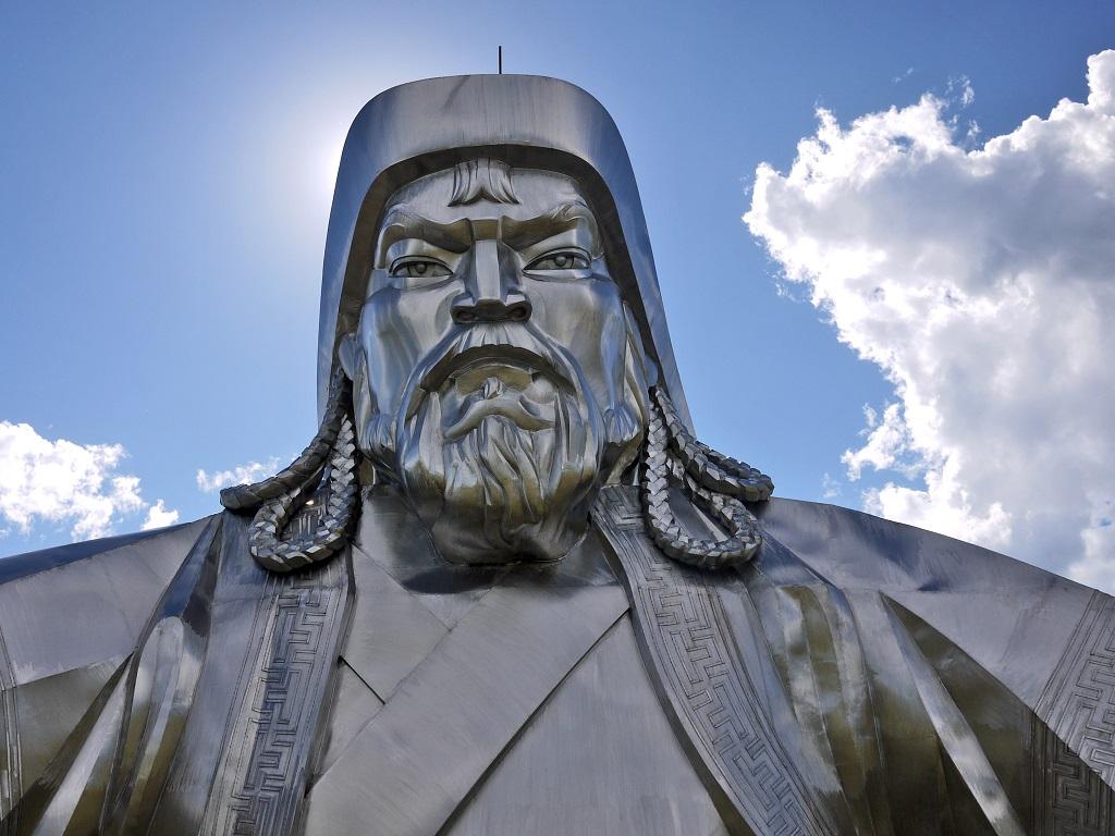 фото статуи Чингисхана в Монголии
