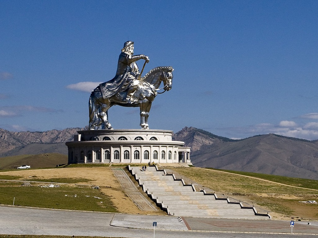 ступени к монгольской статуе Чингисхана фотография