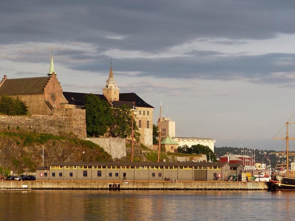 вид на крепость Акерсхус в Осло фото