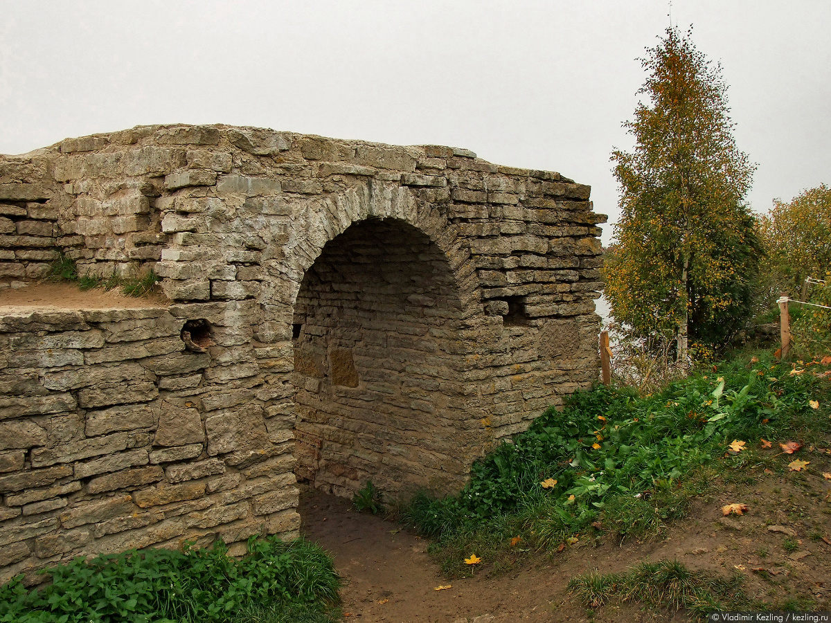 руины Тайничной башни крепости в Старой Ладоге фото