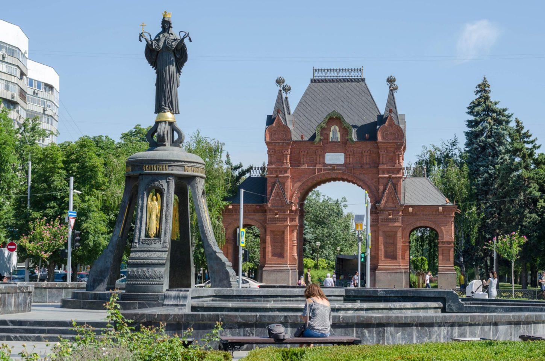 вид на Александровскую Триумфальную арку в Краснодаре фотография