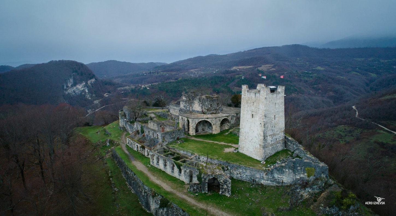 фото вида сверху на Анакопийскую крепость в Абхазии
