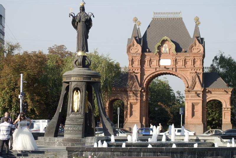 Александровская Триумфальная арка и памятник Екатерине в Краснодаре фото