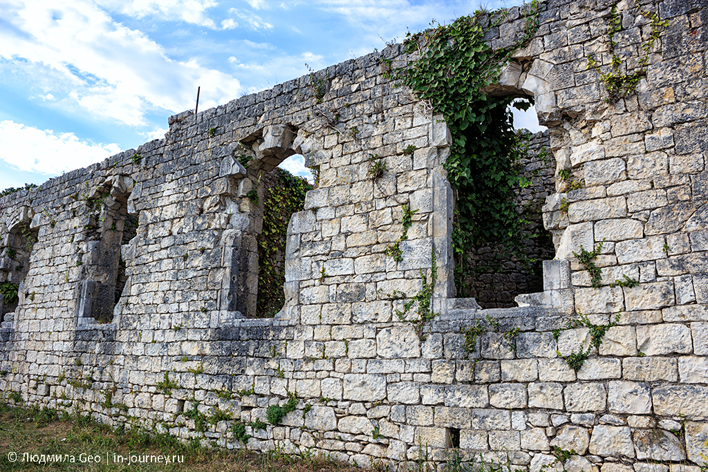 стены Анакопийской крепости в Абхазии фотография