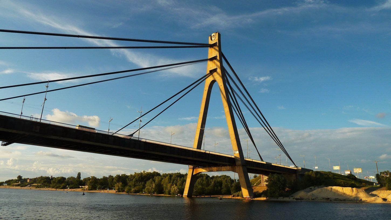 вид на Московский мост в Киеве из воды фотография