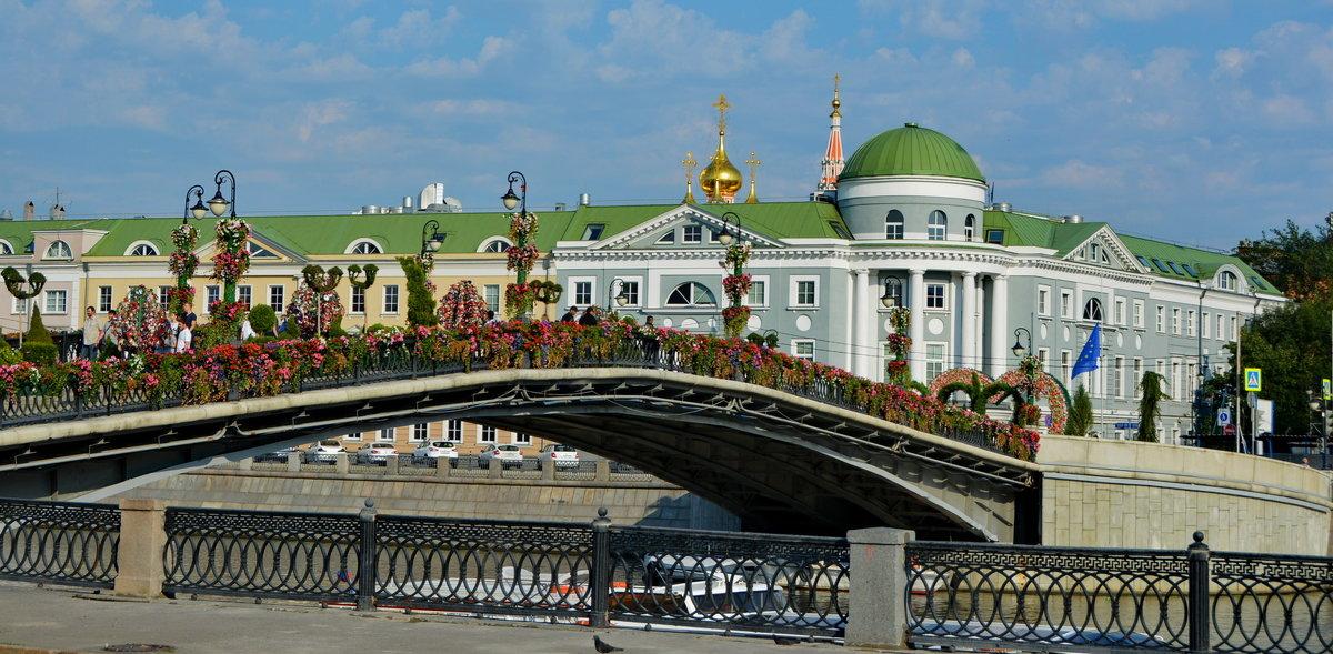 на Лужковом мосту в Москве фото