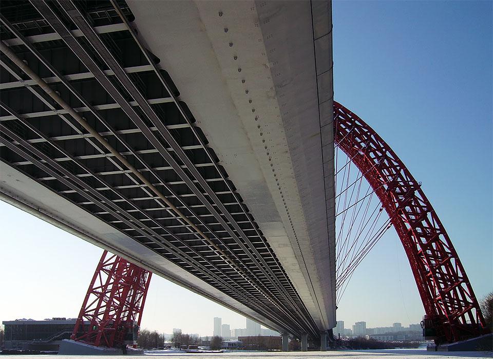 Живописный мост вид снизу фотография
