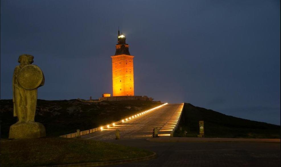 подсветка башни Геркулеса фотография