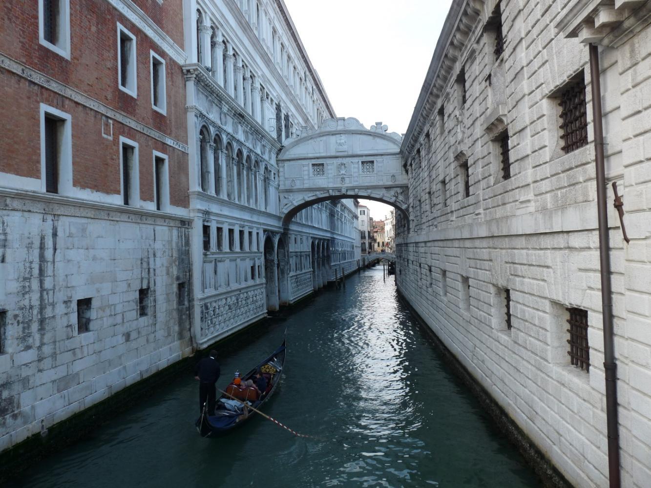 вид на Мост Вздохов в Италии с Соломенного моста фото