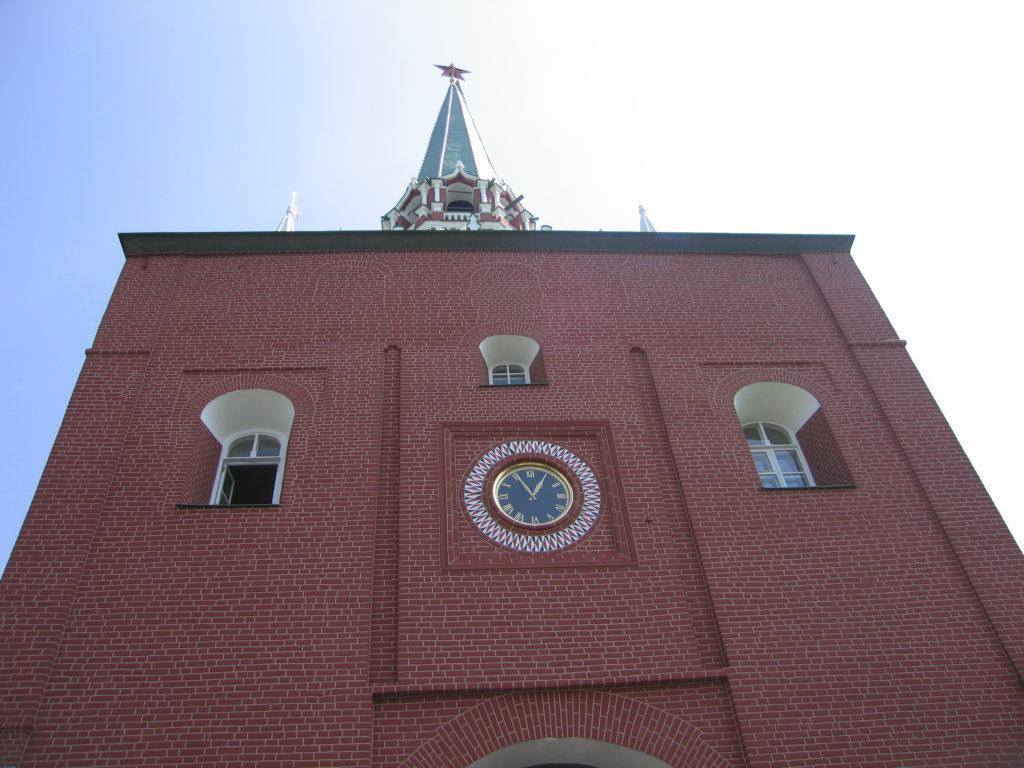 фото Троицкой башни снизу