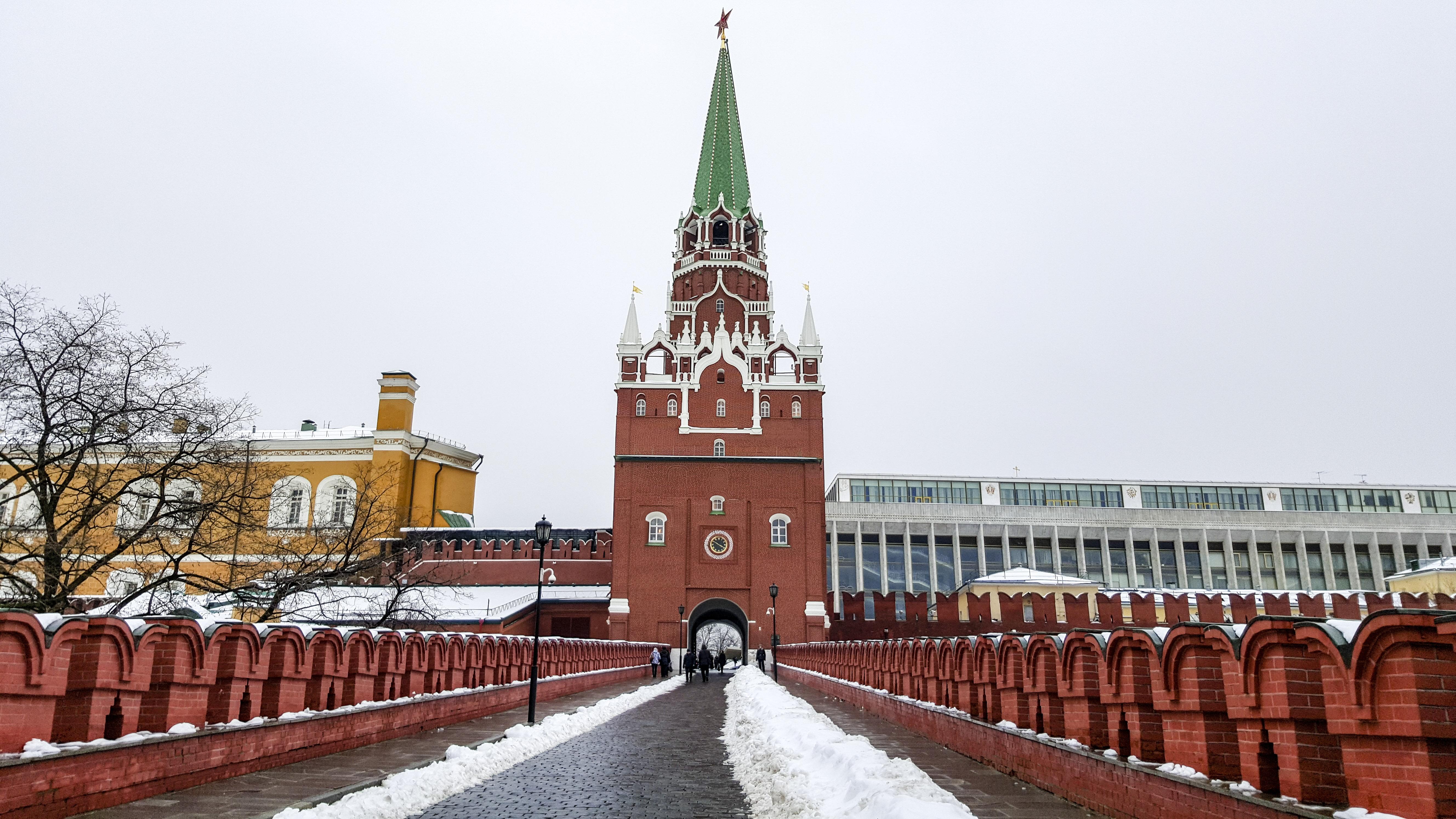 Никольская башня Московского Кремля вид снизу фото