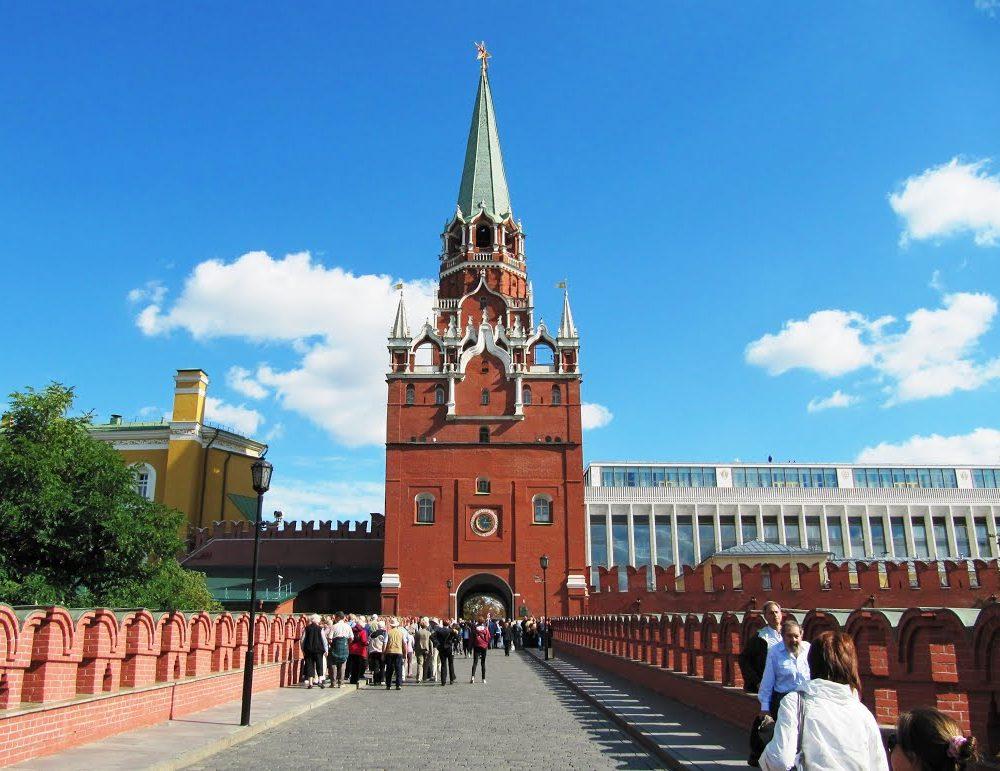 вид на Троицкую башню Кремля фотография