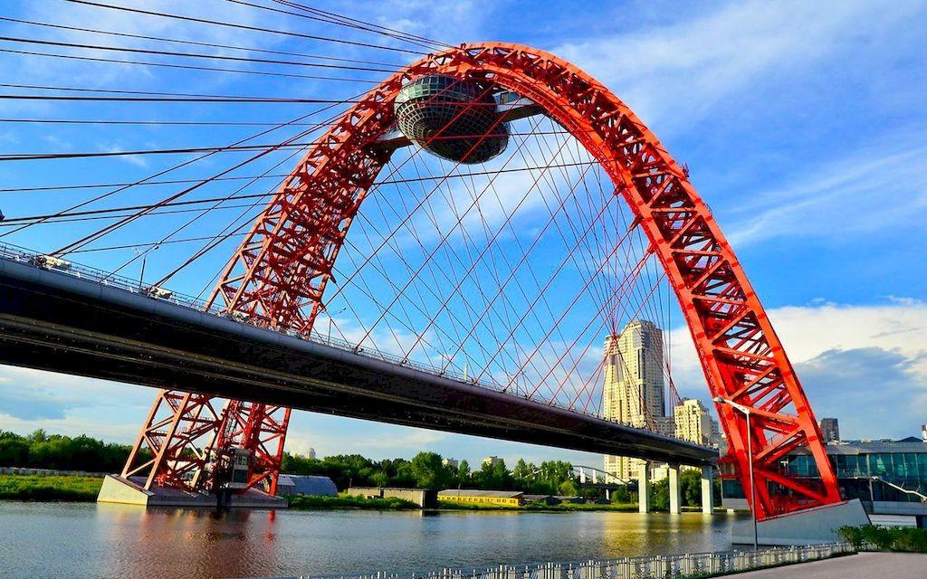 фото вида сбоку на Живописный мост