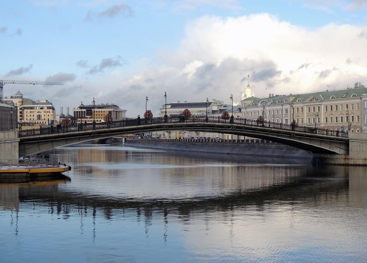 вид из воды на Лужков мост фотография
