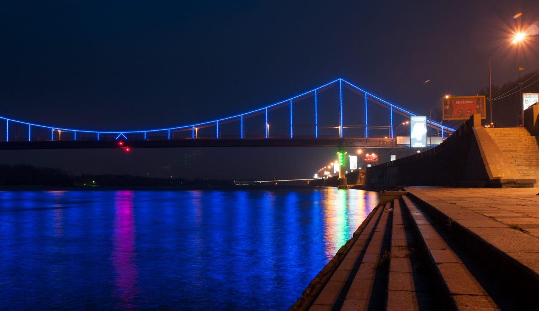 подсветка Московского моста в Киеве ночью фото