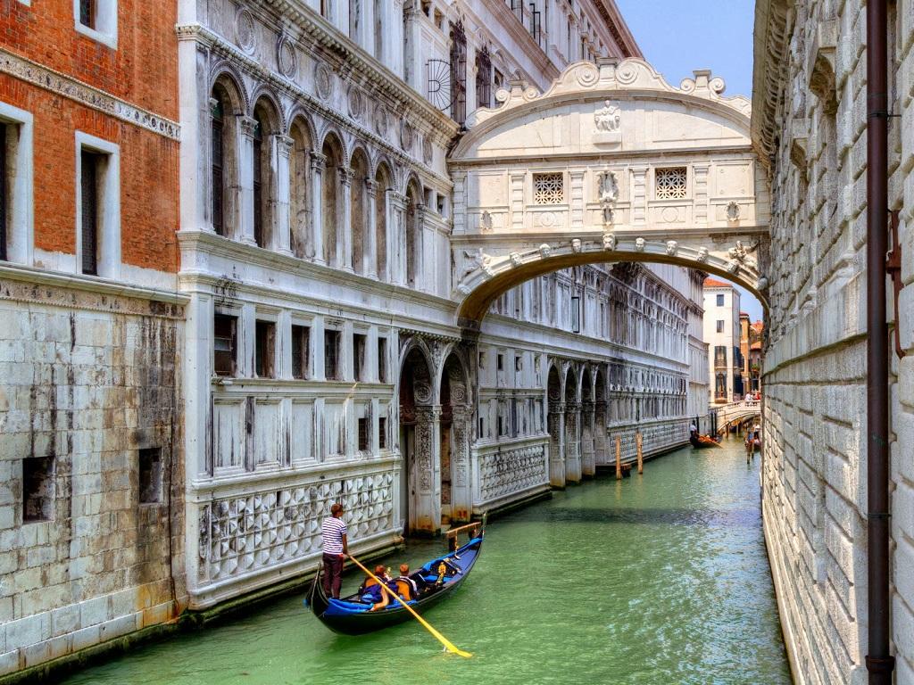 проплывая под Мостом Вздохов в Италии фотография