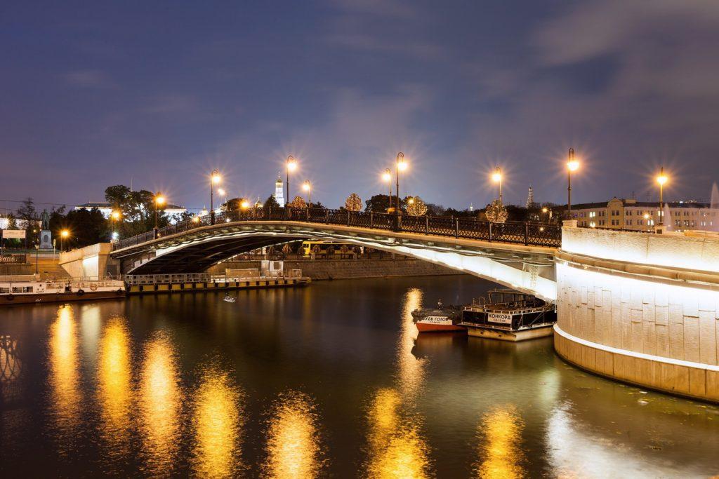 Лужков мост ночью фотография