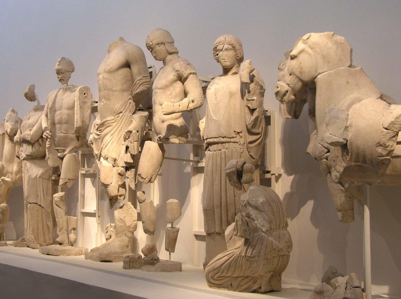 фрагменты статуи Зевса Олимпийского в Лувре