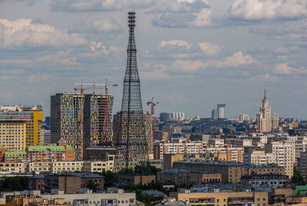 На фоне современной Москвы