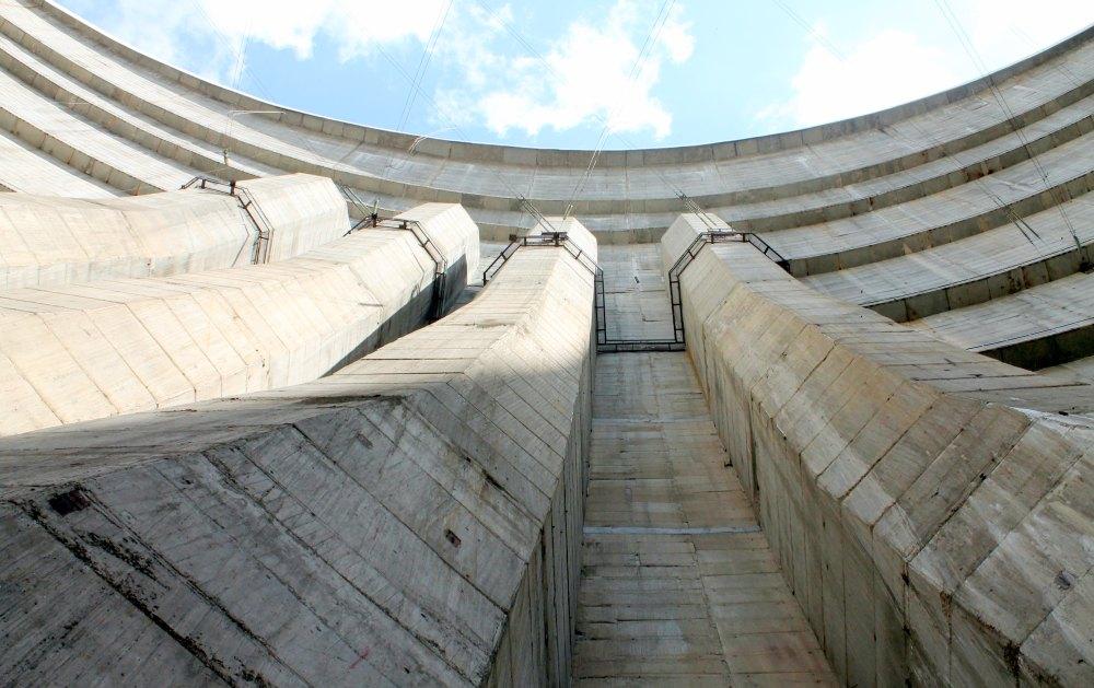 В бетонном теле плотины проложено 9 тоннелей