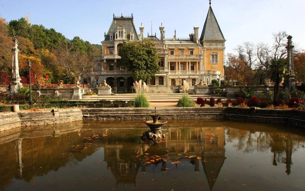 Восьмиугольный бассейн с фонтаном