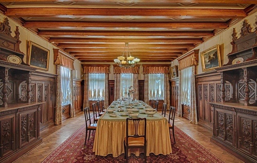 Зал с с невысокими потолками