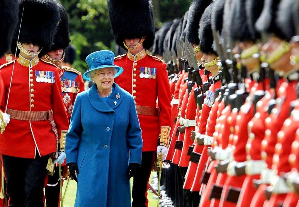 Гвардейцы чествуют королеву