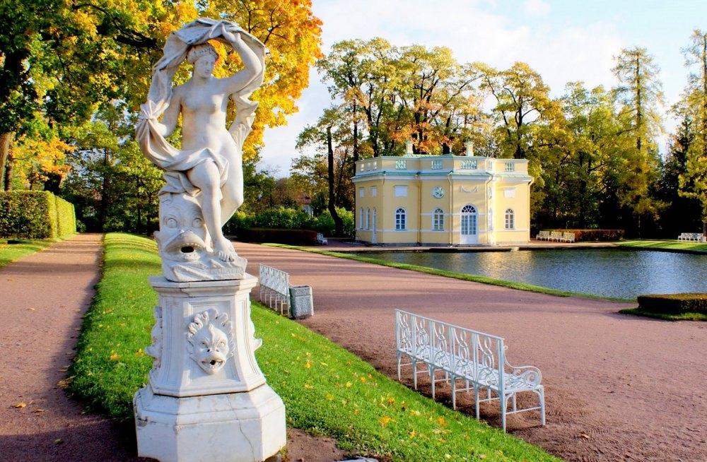 Статуи в парке