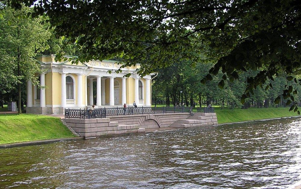 Павильон на берегу реки