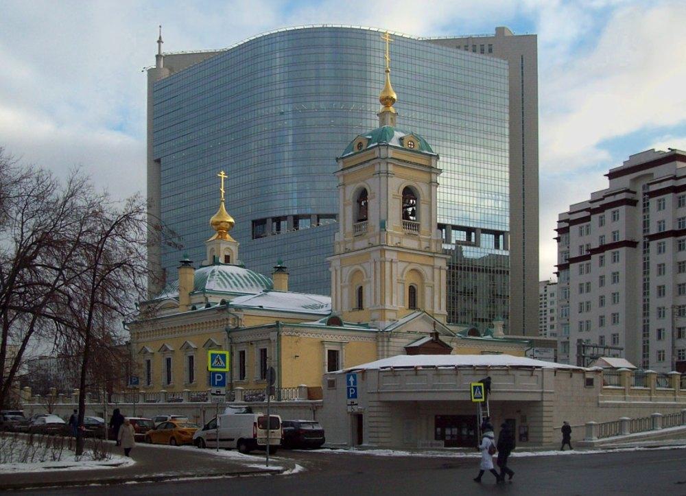 Храм на фоне торгового центра
