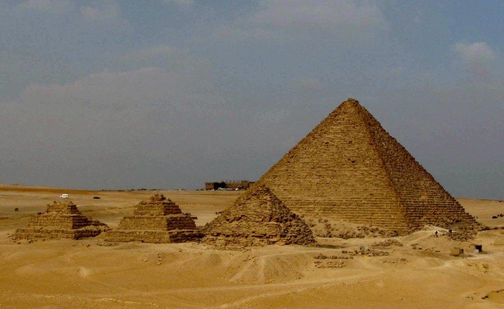 Пирамида Менкаура и ее спутники