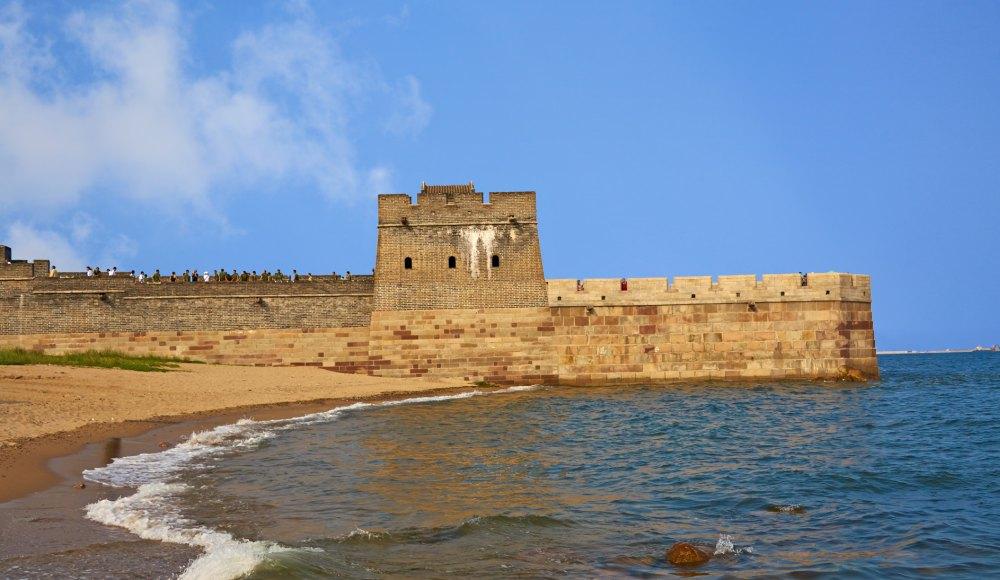 Конец стены уходит в море