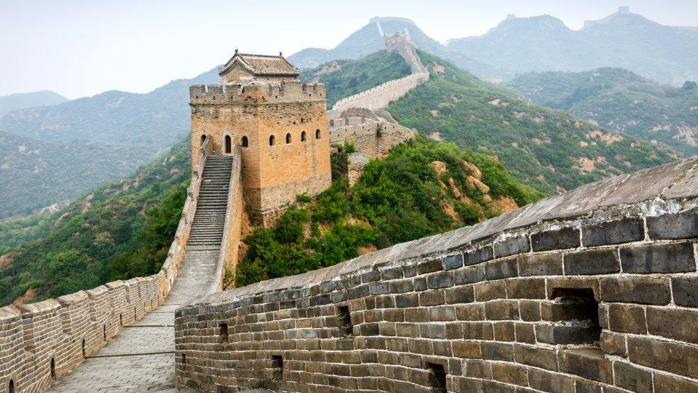 Толшина стен доходит до 10 м