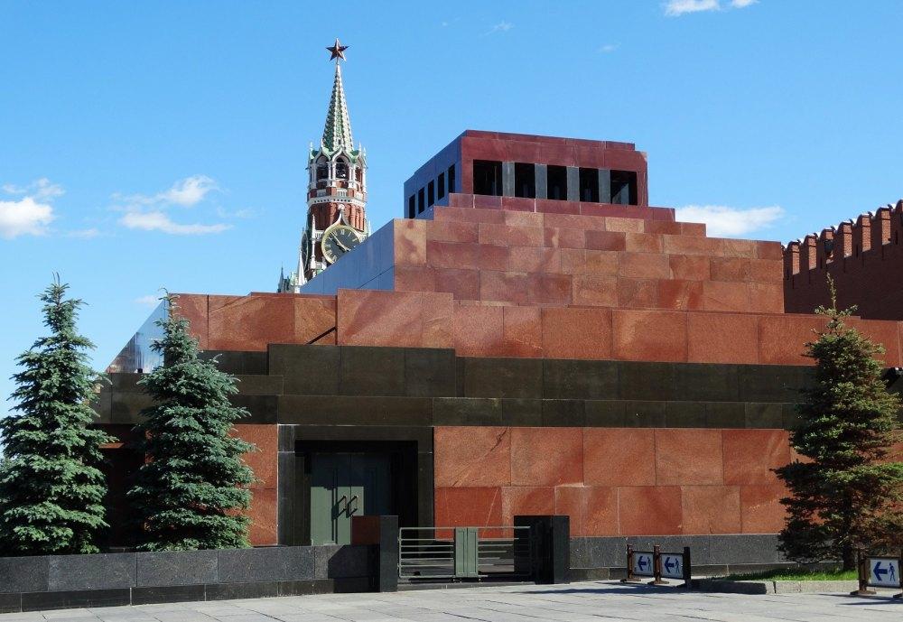 Мавзолей у стен Кремля