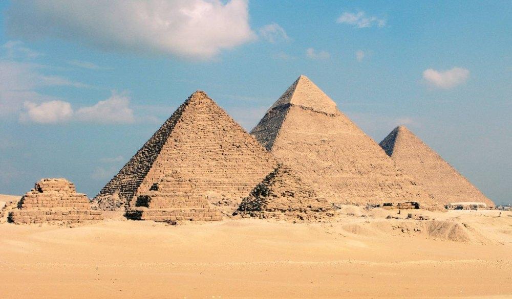 Пирамиды с разрушенной облицовкой