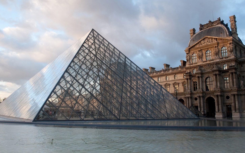 Необычный вход в Лувр