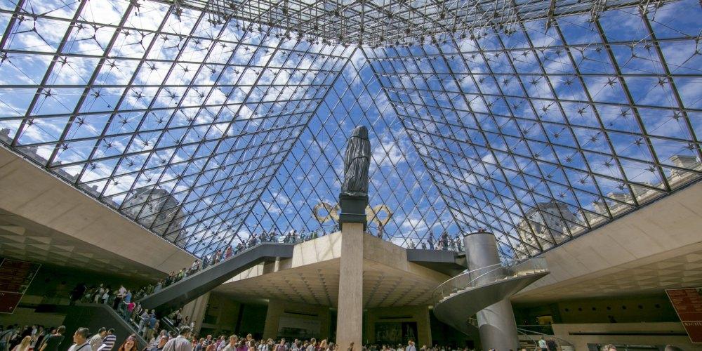 Внутри пирамиды Лувра